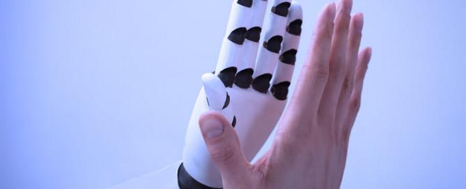 Menschenhand und Roboterhand