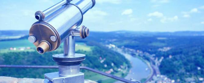 Fernglas mit Blick auf die Elbe